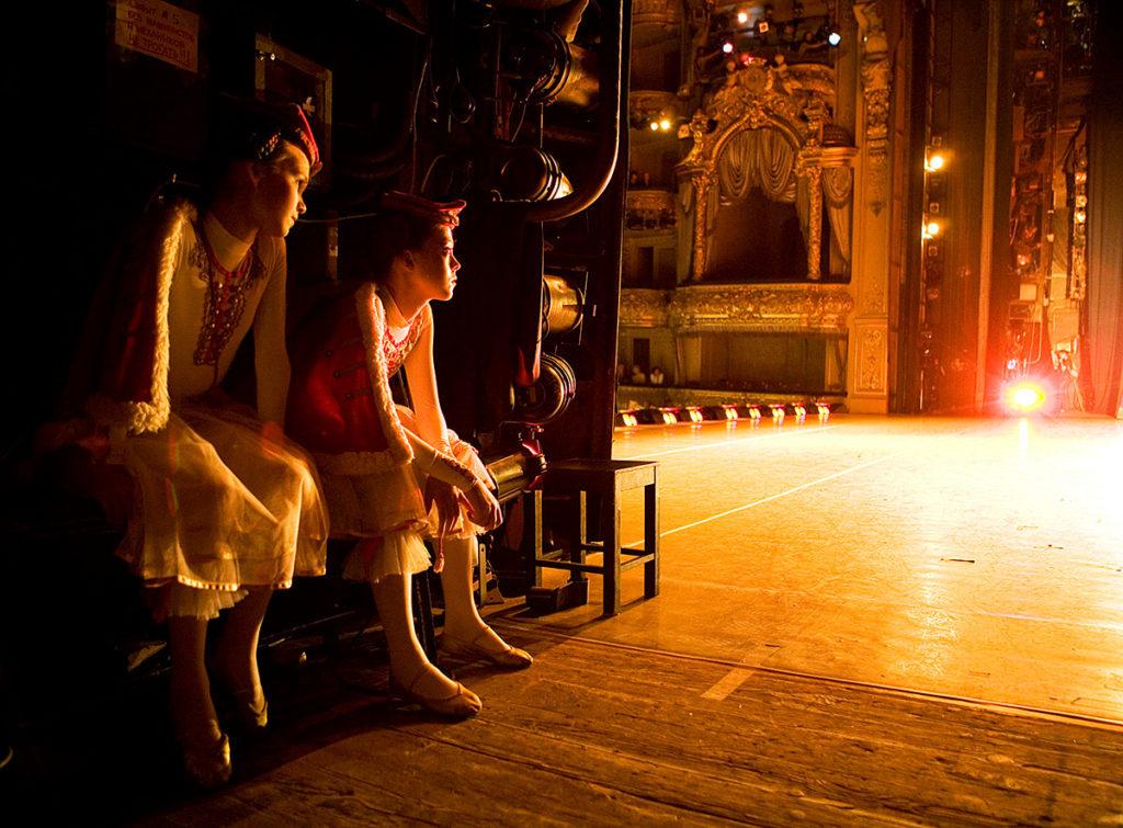 «…Театр начинается с вешалки, а у нас за кулисами…»